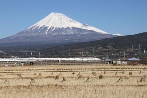 富士山と新幹線と稲わら (12月撮影) 撮影場所・交通アクセス 東部市...  富士じかん